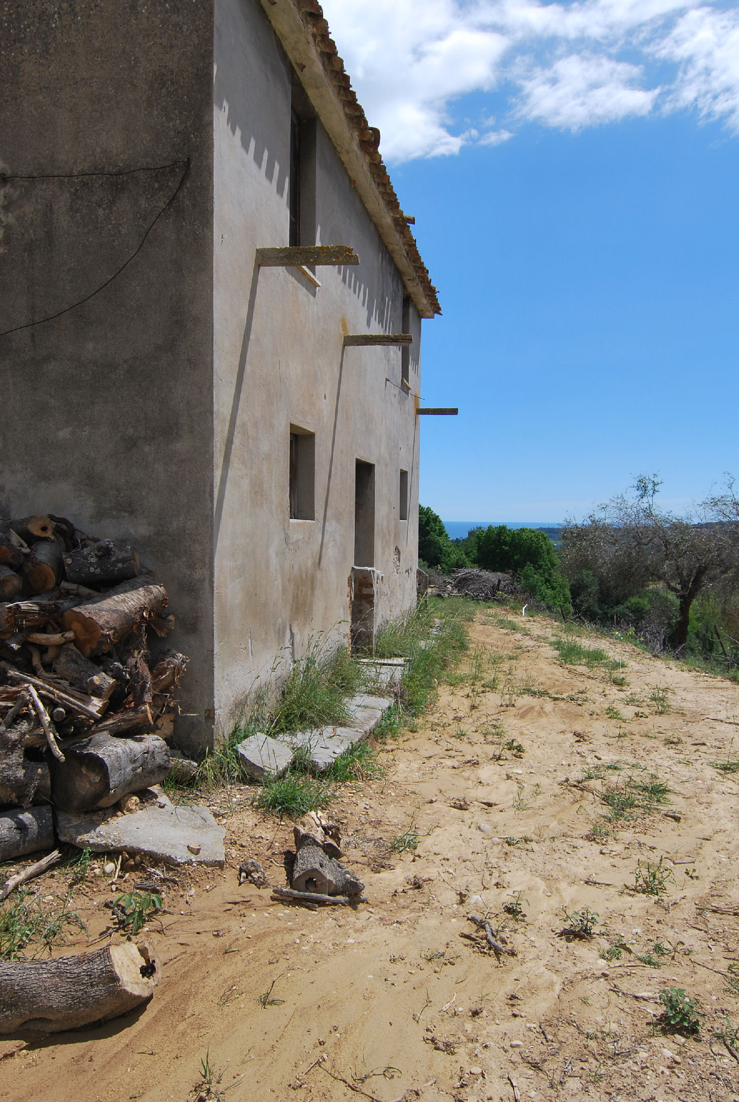 Countryhouse with 3 hectares of vines and seaview
