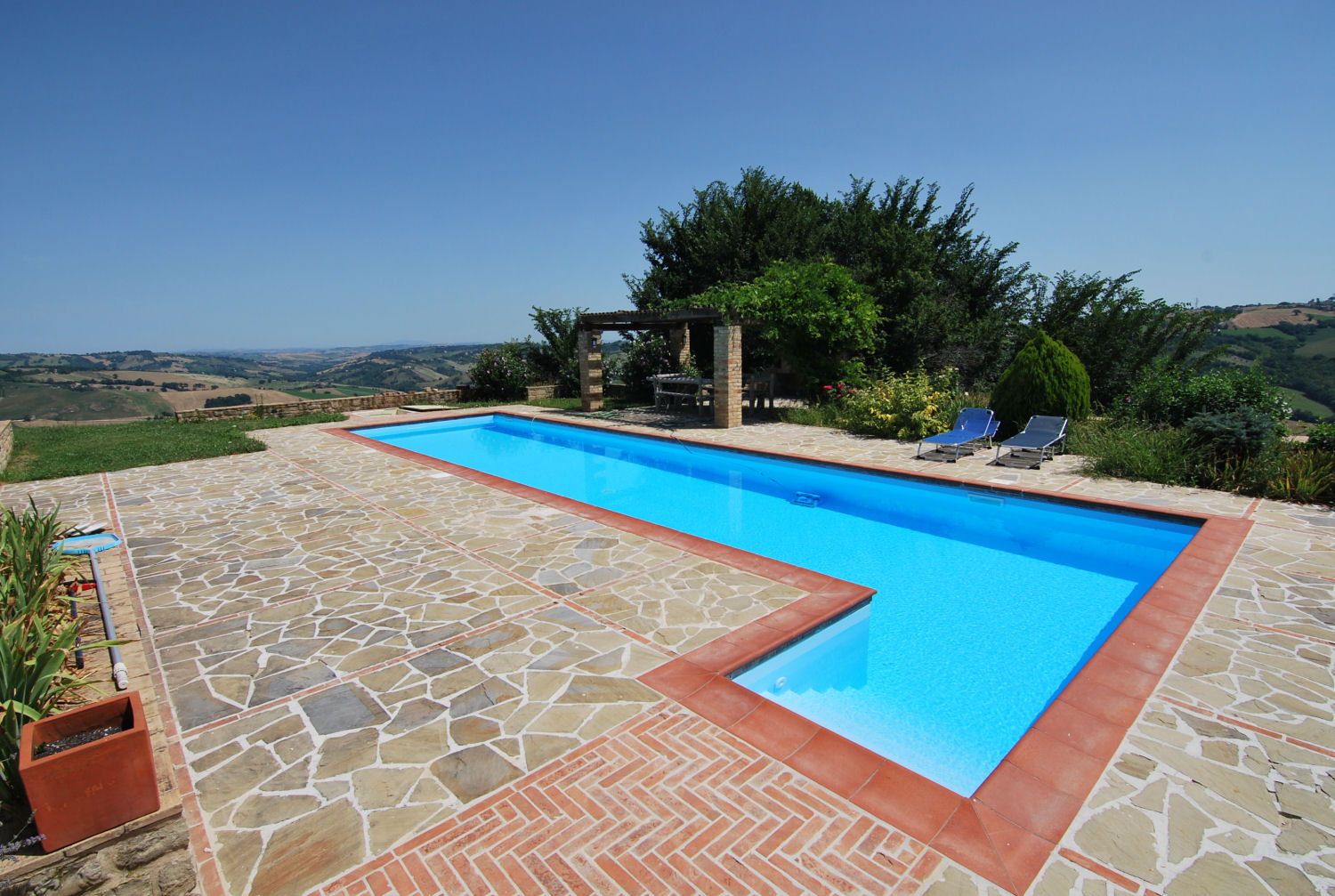 Country house with pool and 5 hectares of land