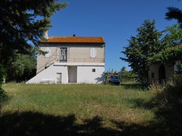 Farmhouse with 6.5 hectares of land