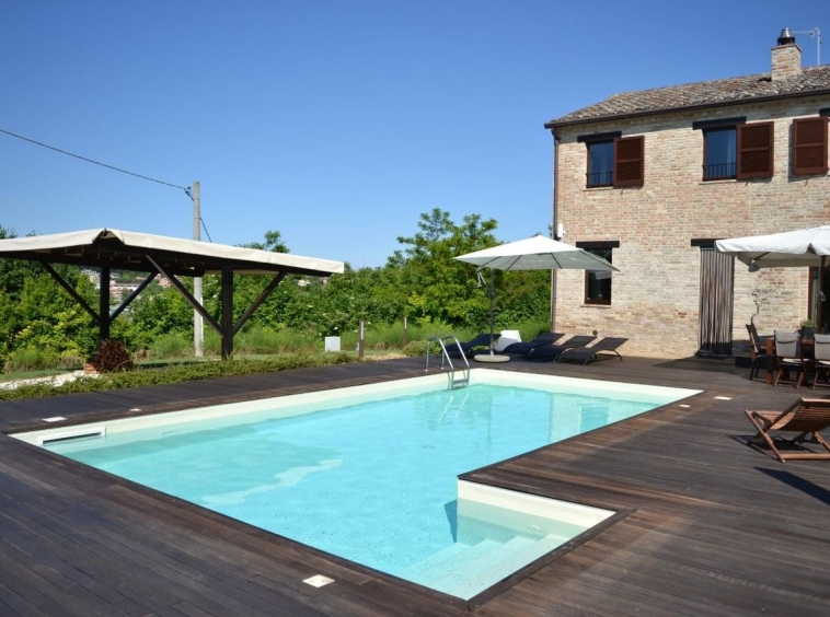 Country house with pool in Montottone