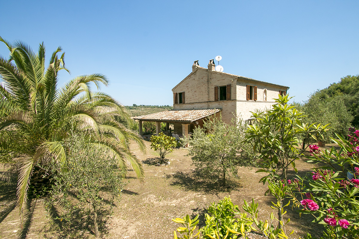 Renovated farmhouse with sea view for sale in the Marche