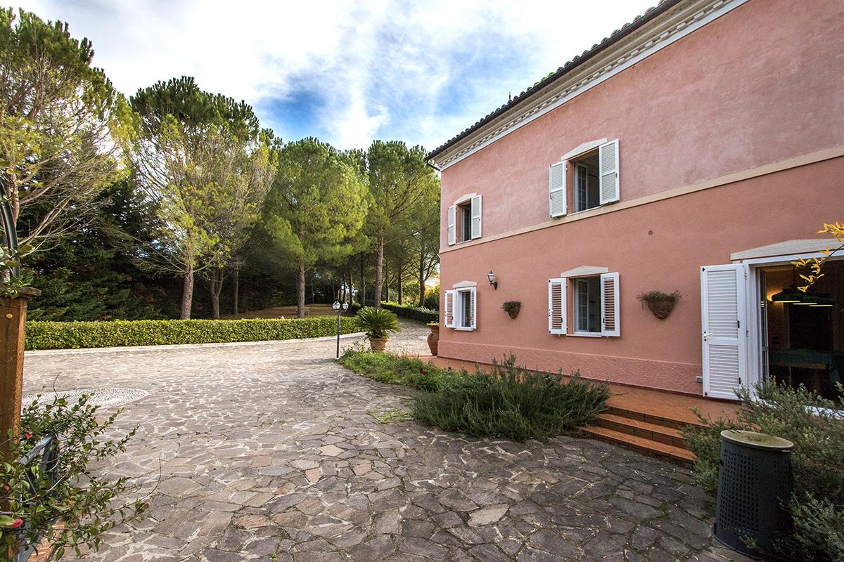 Prestigious villa with pool near Mogliano