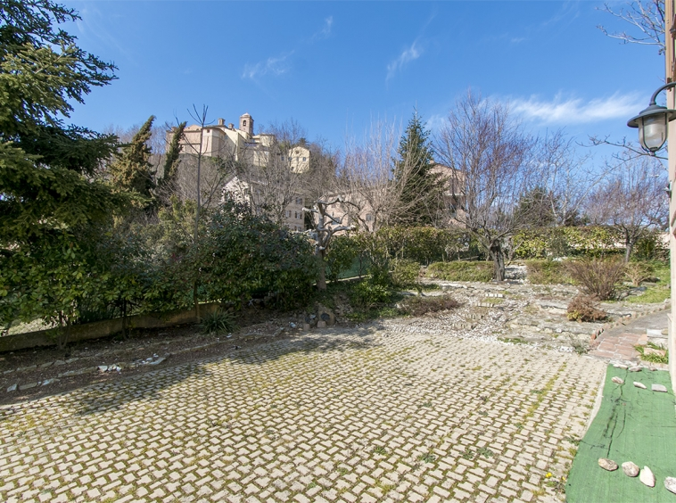 House restored with garden for sale in Sant'Angelo in Pontano