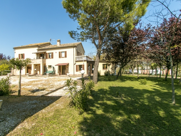 Property with 2 apartments, dependance,7 bedrooms, mountains view