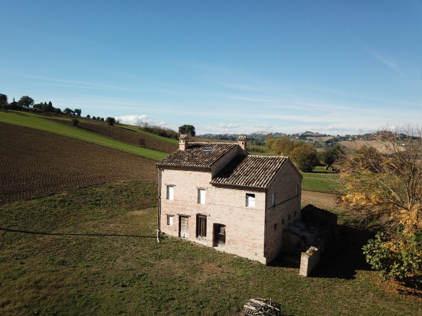 Country house partially restored with 5 hectares of land